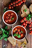Herzhafte Tomatensuppe mit Basilikum