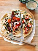Pizza mit rohen Zutaten