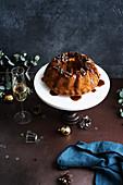 Bundt Cake mit Datteln und Salzkaramell auf Kuchenständer