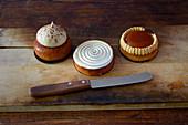 Drei französische Tarteletts auf Holzbrett