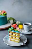 Exotische Buttercremetorte mit Blumendeko