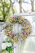Getrockneter Kranz aus Blüten und Gräsern