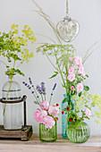Rosen, Frauenmantel, Fenchel, Lavendel und Erdbeeren in Glasvasen