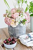 Pastelliger Strauß mit Rosen, Phlox und Hortensienblüten