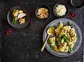 Geschmortes Hähnchen mit Reisbeilage und Ingwer-Chili-Topping
