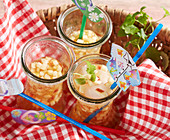 Apfel-Vanille-Eistee im Korb zum Picknick