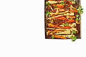 Scharf gewürzte Möhren, Pastinaken, Zwiebeln und Linsen aus dem Ofen