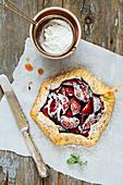 Mini-Pie mit Pflaumen und Puderzucker
