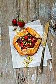 Strawberry pie with pistachios