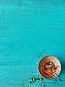 Leergegessene Suppenschale vor blauem Hintergrund