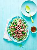 Thailändischer Nudel-Rindfleischsalat mit Chilisauce