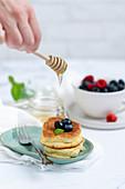 Japanische Souffle Pancakes mit Beeren und Honig