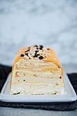 Weisse Schokolade-Semifreddo mit Karamell und Erdnüssen