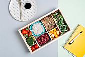 Food Box mit Erdbeeren, Tomaten, Brokkoli, Bohnen, Reis, Brot, Käse und Rucola