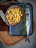 Stilleben mit Nudeln, Rosmarin und Fisch