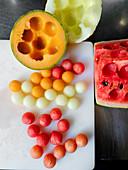 Melonenhälften und Melonenbällchen