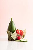 Selbergemachte Wachstücher schützen die Schnittstellen von Gemüse