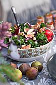 Grünkohlsalat mit Feigen und Haselnüssen zu Weihnachten