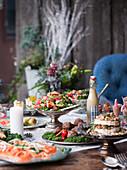 Weihnachtsbuffet mit Salat, Käse, Hackbällchen und Räucherlachs