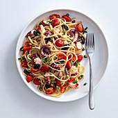 Linguine mit Oktopus, Oliven, Kapern und Tomaten