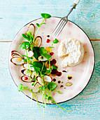 Winterkresse-Schwarzwurzel-Salat mit Ziegenkäse