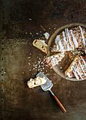 Hefekuchen mit Zuckerguss, angeschnitten