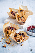 Spelt muffins with berries and almonds