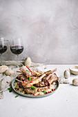 Lammkoteletts mit Granatapfelkernen zu Ostern