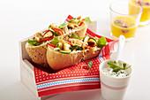 Gefülltes Pitabrot mit gebratener Hähnchenbrust, Paprika-Zucchini-Gemüse, Portulak und Joghurtdressing