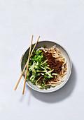 Zhajiang mian - chinesische Nudeln mit Fleischsauce und Gurken