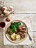 One Pot Beef Brisket mit geschmortem Sellerie, Dauphinekartoffeln und italienischem Grünkohl