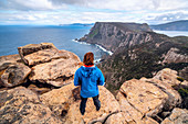 Person auf dem Three Capes Track, Tasmanien, Australien