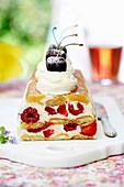 Beerenkuchen mit Sahne und Kirschen