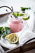 Smoothie aus Erdbeeren und Limette