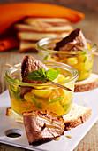 Orangen-Mango-Salat im Weckglas mit gebratener Entenbrust