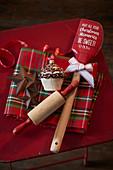 Weihnachtliche Backutensilien und Weihnachtsbaumschmuck