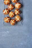 Sticky Hot Cross Buns mit Schokolade und Orangen