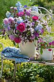 Strauß mit Rosen, Dahlien, Phlox, Rittersporn, Wiesenkerbel, Witwenblume und Storchschnabel