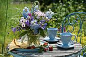 Blau - weißer Strauß aus Rittersporn, Phlox, Clematis, Glockenblumen, Ehrenpreis und Witwenblume