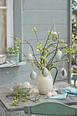 Osterstrauß aus Zweigen vom Zierapfel, geschmückt mit Ostereiern