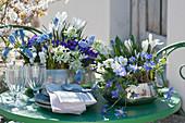Blau-weiße Frühlingsdeko auf dem Terrassentisch