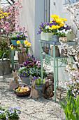 Osterterrasse mit Tulpen, Narzissen, blühenden Stauden und Osterdekoration