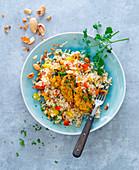 Reis mit Erdnüssen, Paprika und Tempeh-Medaillons