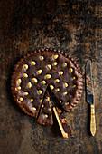 Schokoladenkuchen mit eingebackenen goldenen Schokoladeneiern
