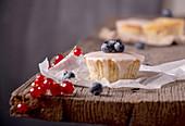 Muffin mit Heidelbeeren, Himbeeren und roten Johannisbeeren