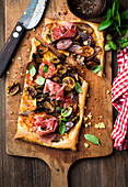 Tart with prosciutto, shallots, mushrooms and tomatoes