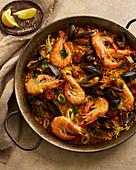 Meeresfrüchte-Paella mit Riesengarnelen, Chorizo, Muscheln und Tintenfisch