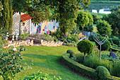 Garten in Hanglage mit Buchs, Jurasteinen und Dekoration