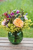 Strauß mit Rosen, Frauenmantel, Clematis, Phlox und Plattährengras