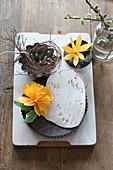 Papierblumen und Modelliermasse mit Pflanzen-Abruck in Backformen